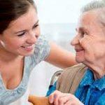 Dịch vụ giúp việc chăm người già đang rất phổ biến